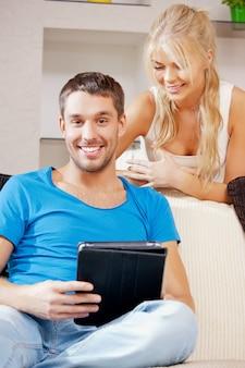 Immagine luminosa di coppia felice con tablet pc (concentrarsi sull'uomo)