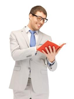 Immagine luminosa di un uomo felice con un libro
