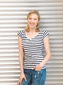 Immagine luminosa di un'adolescente felice e sorridente