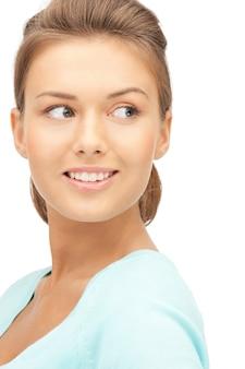 Immagine luminosa di donna felice e sorridente