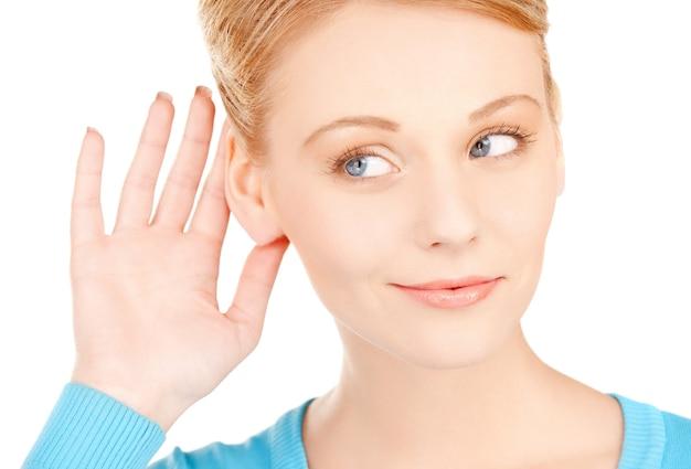 Immagine luminosa di una donna felice che ascolta pettegolezzi