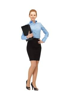 Immagine luminosa di donna felice con cartella