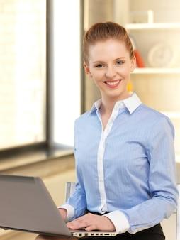 Immagine luminosa di una donna felice con un computer portatile