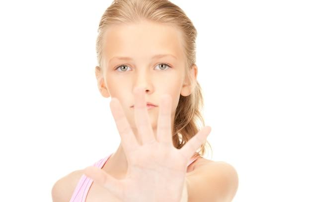 Immagine luminosa di una ragazza adorabile che mostra il segnale di stop
