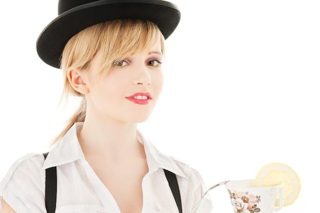 Immagine luminosa di una bella ragazza con una tazza di tè