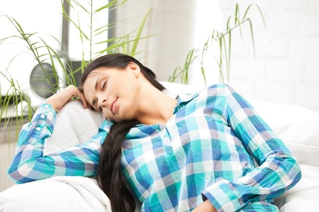 Immagine luminosa di una bella donna addormentata a casa