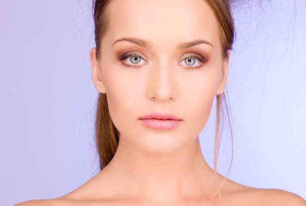 Immagine luminosa di una donna adorabile sul blu