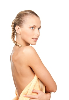 Immagine luminosa di una bella donna con un asciugamano su bianco