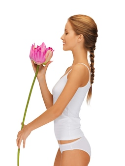 Immagine luminosa di bella donna con fiore di loto.