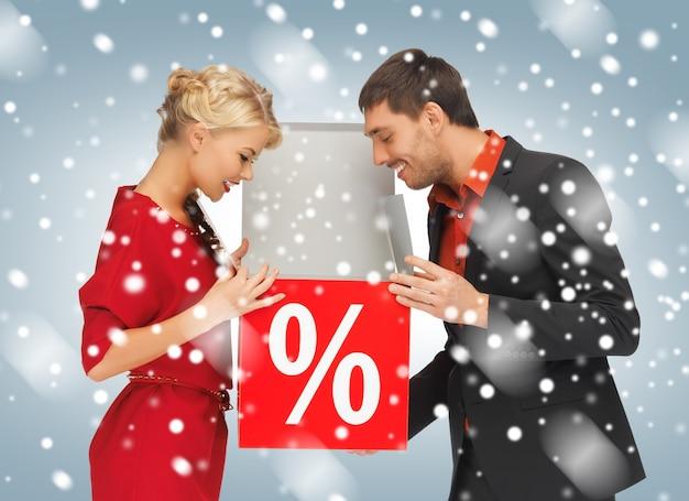 Immagine luminosa di uomo e donna con segno di percentuale