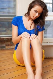 Immagine luminosa di una donna triste e sola