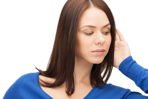 Immagine luminosa di una donna seria che ascolta pettegolezzi