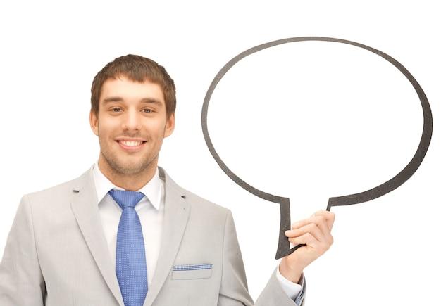 Immagine luminosa di un uomo d'affari sorridente con una bolla di testo vuota