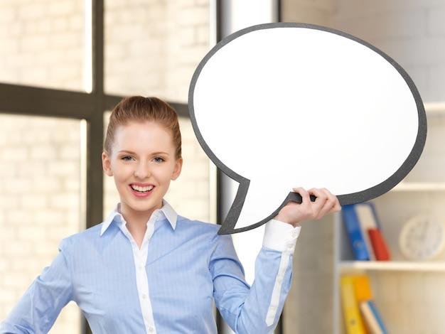 Immagine luminosa di una donna d'affari sorridente con una bolla di testo vuota