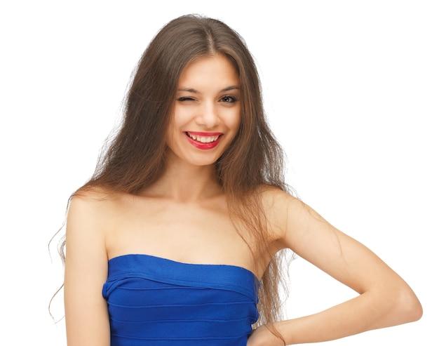 Immagine luminosa di una bella donna che fa l'occhiolino con i capelli lunghi