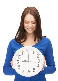 Immagine luminosa di una donna che tiene in mano un grande orologio