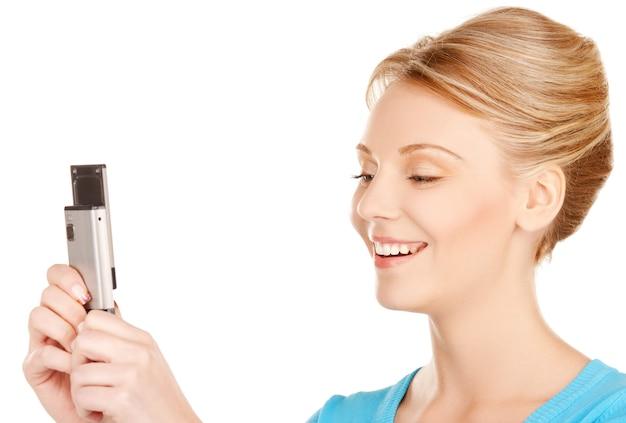 Immagine luminosa di una donna con il cellulare