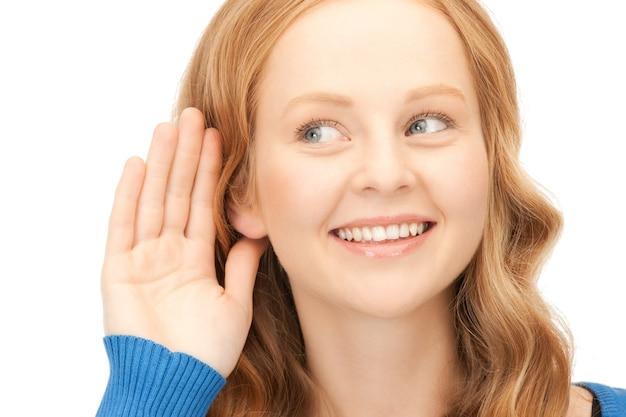 Immagine luminosa di una giovane donna che ascolta pettegolezzi