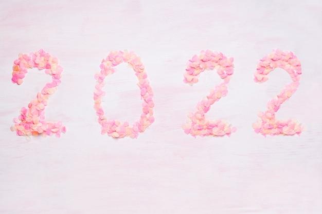 Coriandoli rosa brillante su sfondo rosa