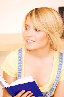 Brillante ritratto di ragazza adolescente con libro