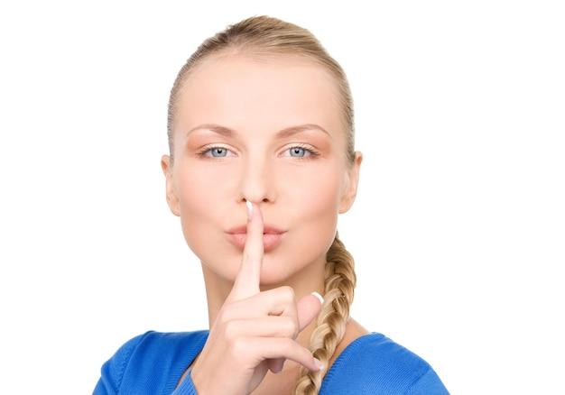 Brillante ritratto di ragazza adolescente con il dito sulle labbra