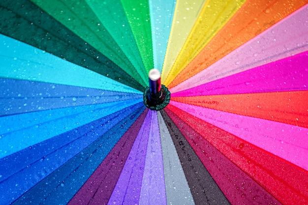 Trama di ombrello arcobaleno luminoso Foto Premium
