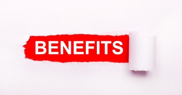 Su uno sfondo rosso brillante, carta bianca con una striscia strappata e la scritta benefits.