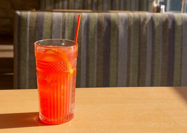 Cocktail estivo rosso brillante con sete di calore ghiacciato