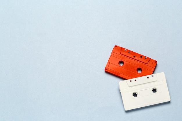Retro cassette luminose su uno sfondo grigio chiaro