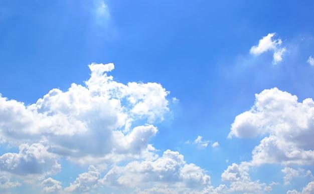 Cielo luminoso con belle nuvole
