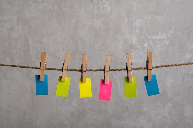 Piccole note luminose appendere con mollette sulla corda. copia spazio. posto per il tuo testo. promemoria.
