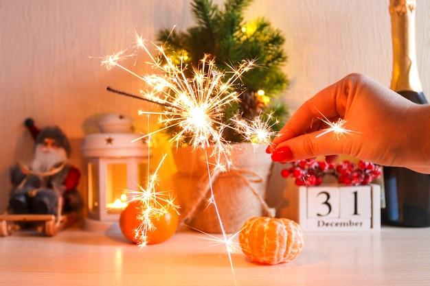 Sparkler luminoso sullo sfondo festivo del nuovo anno