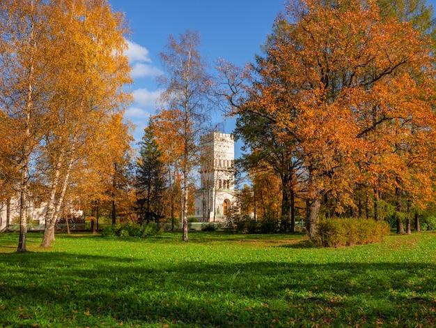 Luminoso autunno soleggiato, torre bianca luminoso paesaggio autunnale soleggiato, torre bianca in alexander park, tsarskoe selo.
