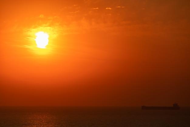 Sole caldo luminoso sullo sfondo del cielo. alba o tramonto.
