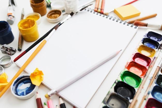 Luogo di lavoro luminoso dell'artista creativo