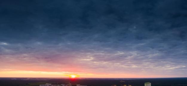 Cielo dell'alba giallo-blu brillante