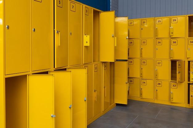 Spogliatoi aperti di colore giallo brillante con numerazione