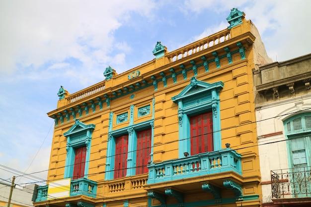 Dipinta luminosamente facciata di edificio storico nel quartiere di la boca di buenos aires argentina
