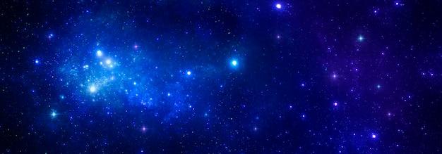 La brillantezza delle stelle blu luminose con una nebulosa sullo sfondo di un cielo cosmico scuro