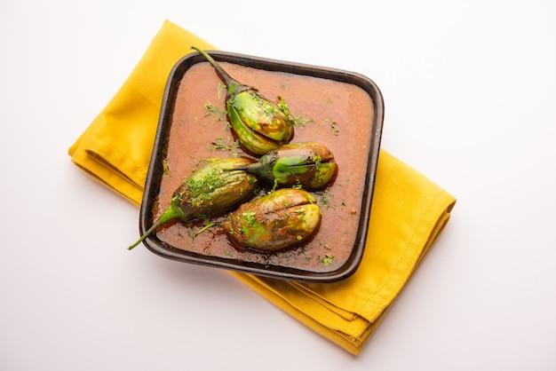 Curry di melanzane noto anche come baingan piccante o masala di melanzane, una popolare ricetta indiana servita in una ciotola, karahi o padella