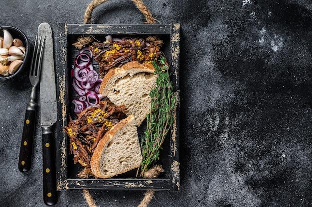 Sandwich di petto con carne di manzo affumicata in un vassoio di legno