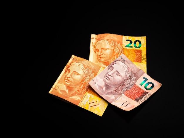 Brl banconote in denaro reale dal brasile su una superficie scura
