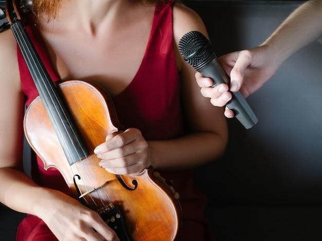 L'emittente riceve un'intervista da un musicista. copertura della storia. concetto di comunicazione delle informazioni sui media del giornalismo
