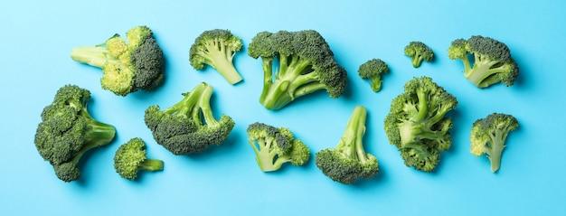 Broccoli sulla vista blu e superiore. cibo salutare