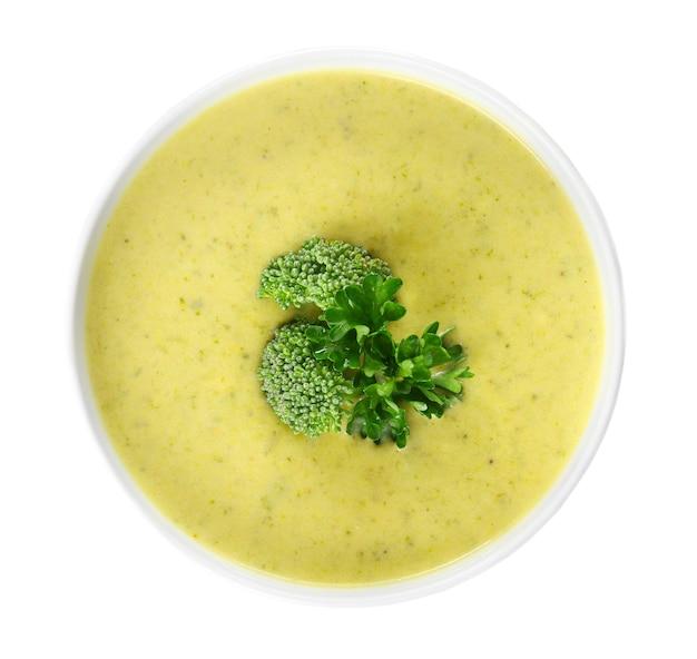 Zuppa di broccoli cheddar in ciotola isolata su bianco