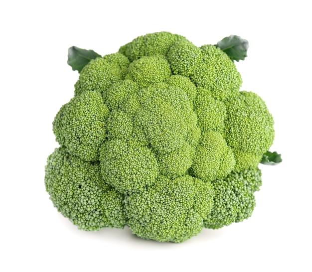 Broccoli isolati su sfondo bianco. verdura cruda dei broccoli verdi avvicinamento.