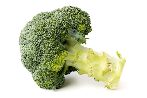 Broccoli su un bianco, fine in su. isolato.