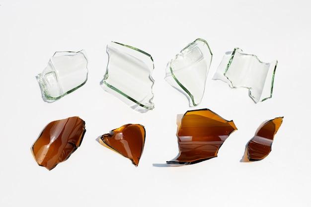 Bottiglia rotta isolata su superficie bianca