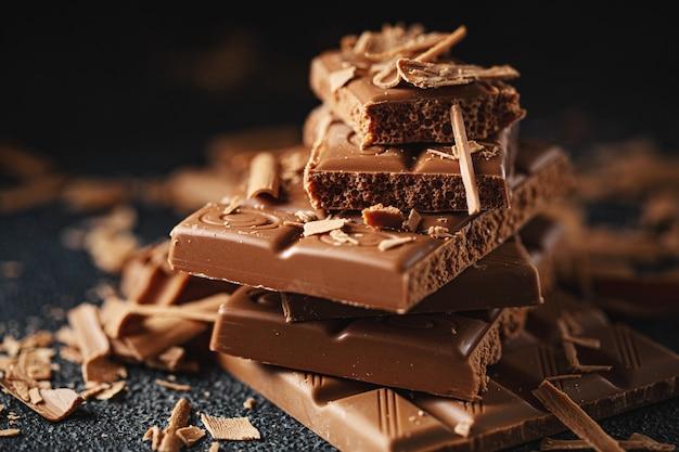 Barrette di cioccolato rotte sul nero.