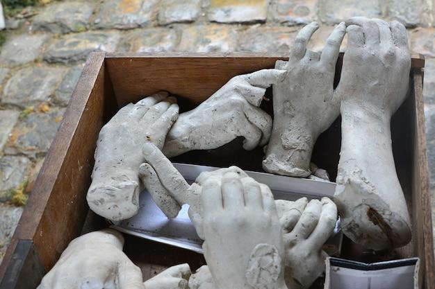 Mani di pietra rotte e tagliate dalla statua